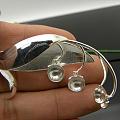 镀白与喷砂相结合的一款圆珠款胸针空托,别有一样风格