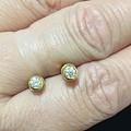 出两对精致的小耳钉:钻石和蓝松的~