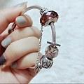 出两个全新的潘多拉串珠,胭脂红琉璃和镂空银河,都是热门珠子