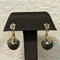 在夏威夷买了一副黑珍珠耳坠,镶嵌有特色。