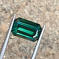 来颗绿色蓝宝石