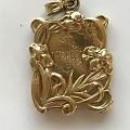 又收了一件法国美女locket吊坠。收藏了四件了。