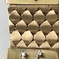 """手链,由四个镶嵌红宝石蓝宝石钻石的方块组成,每个方块打开是一个有六个页面的""""..."""
