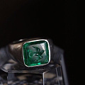 网上看到这两个奶奶绿雕刻戒指挺有意思