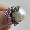 用粉蓝宝,钻石,沙弗莱镶嵌的南洋珠戒指