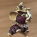 很可爱的一枚马戏团小象的戒指。18K金,红宝石,沙弗莱石