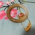周生生羽毛套链,宽版大明咒戒指,圆条糖白玉手镯