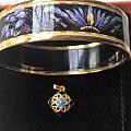 彩色金饰的手串,黑玉髓坠子耳环,景泰蓝坠子,镯子是好些年头了,今年热身了!