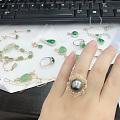 两个镶嵌好的戒指和吊坠