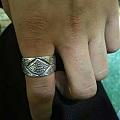 嘀嘀咕咕纯银手工制作的银戒指,两个帅哥定做的,和银饰也打过两年交道了,稀饭稀...