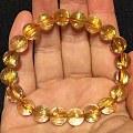 各位老师们,帮忙看一下这个黄发晶手链值不值1700,准备入手,万分感谢!