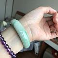小小四价的翡翠手镯,日常戴戴还蛮不错的,颜色淡绿色果机拍的有点吃色实物颜色要深