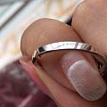剪开了戒指,里面是黄色的金属