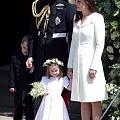 哈里王子大婚上的夏洛特小公主,由妈妈凯特王妃牵着,各种呆萌