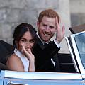 当地时间5月19日傍晚,哈里王子和王妃梅根,换上了宴会礼服,开着捷豹小敞篷离...
