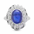 这枚蓝宝石戒指来自 Tiffany 2017年的 Blue Book 高级珠...