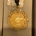 3·8节走商场,看到明牌珠宝2个挂件不错,大家讨论下哪个值得入手?一个龙凤挂...