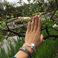 带上刚收到的珍珠链来公园呼吸一下新鲜空气!