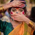 印度不愧是黄金消耗大国,一个姑娘好多细金镯,我想说:真好看