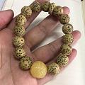 开始佛系盘珠🐷 好喜欢这颗蜜蜡的貔貅珠 串完发现一边7颗一边8颗 但是戴上手...