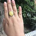 这个戒指在我蜜蜡里面是格格不入,毕竟便宜嘛,今天突发奇想把戒壁包起来放在窗台...