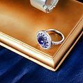 """相传蓝宝石是太阳神阿波罗的圣石,因为通透的深蓝色而得到""""天国圣石""""的美称。"""