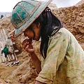 为防止遗失,矿工们把找到的宝石含在嘴里,宝石来之不易啊!