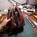 试版,发现要改进的地方还挺多,包口应该包边,底部内缝+滚边条,侧边用侧边条连...