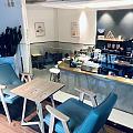 周末早上🌀白鹿没来,雨一直下。  成了咖啡店的第一位客人,座位宽敞。 不知是...