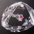 被困在钻石中的红色石榴石
