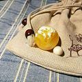 两颗金瓷白蜜蜡弹珠,弹着玩玩
