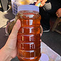 中缅边贸市场,街上的大娘说这是野生蜂蜜,50一斤,朋友拦住我,别买,真蜂蜜哪...