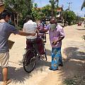 我们上次收集捐助的口罩, 终于朋友在当地解除宵禁后, 发放给了斯里兰卡普通老...