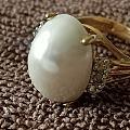 请教坛子里的美女大神们,是自己收藏的一颗马贝珍珠戒指,马贝珍珠上有一块地方不...