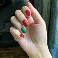 自己涂个红配绿的指甲