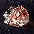 以前买的粉色大碧玺戒指,昨天偶然拿出来看看,感觉其折射的光有点像帕帕拉恰。😎