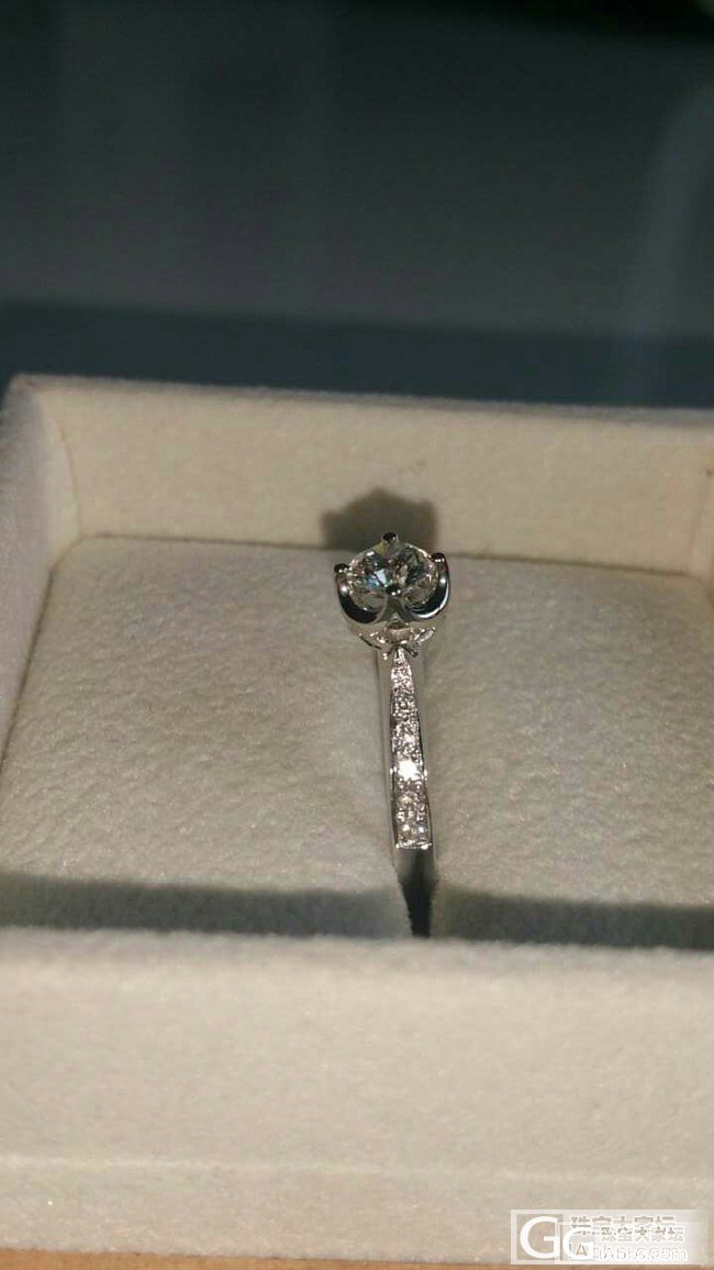 通灵翠钻的钻石戒指一枚,大家来猜下大小和品质哈_钻石