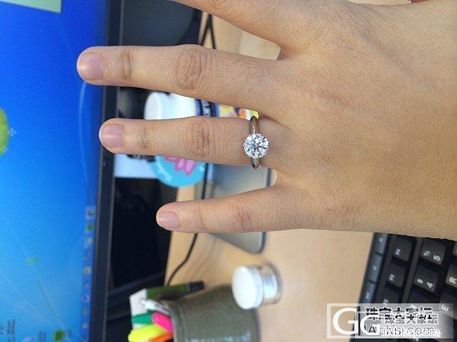 在美国买了一个F色的Amora Gem。和钻石对比一下。_莫桑石