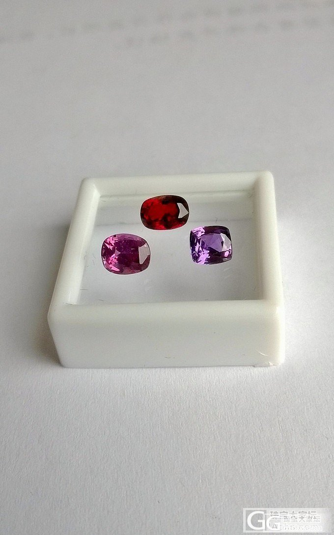 请欣赏血红、玫红、紫色三颗小宝石_蓝宝石红宝石刻面宝石尖晶石名贵宝石