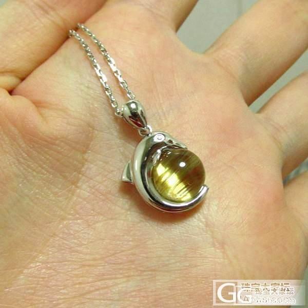 【彩石记】钛晶顺发猫眼18k白金镶嵌海豚吊坠_宝石