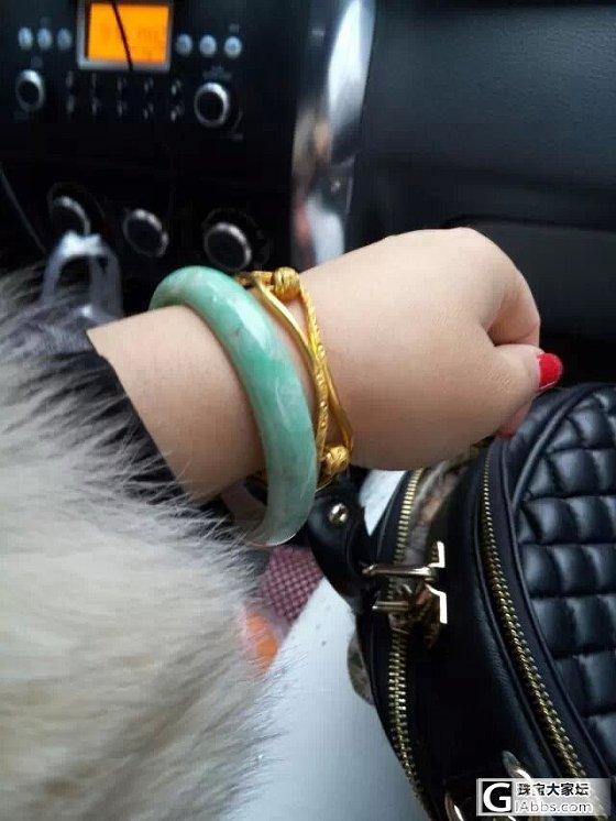 老说自己手黄不配戴绿色,今日一戴大喜啊,白底青配黄金!妥妥的。多图,求大大加分~_翡翠