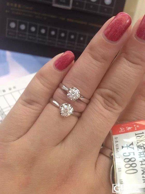 妈妈过生日想给她送个戒指,大家帮看看这两个哪个值?_戒指钻石