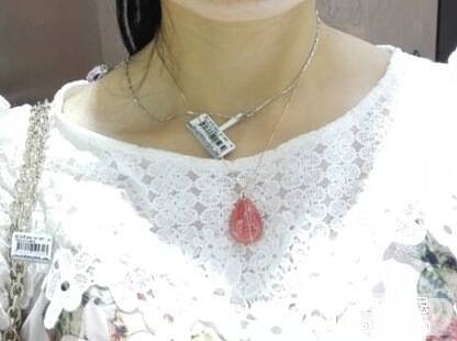 请大家帮我参考一下,如果我想买个红色吊坠的话,这个红纹石适合吗?_红纹石