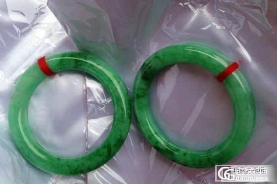一块料开的满阳翠绿肥圆条镯,一大一小,能看出用啥拍的吗???_翡翠