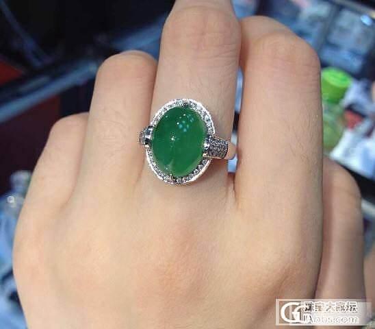 珠宝展上小五买来的一个翡翠戒指,请大家鉴赏_翡翠