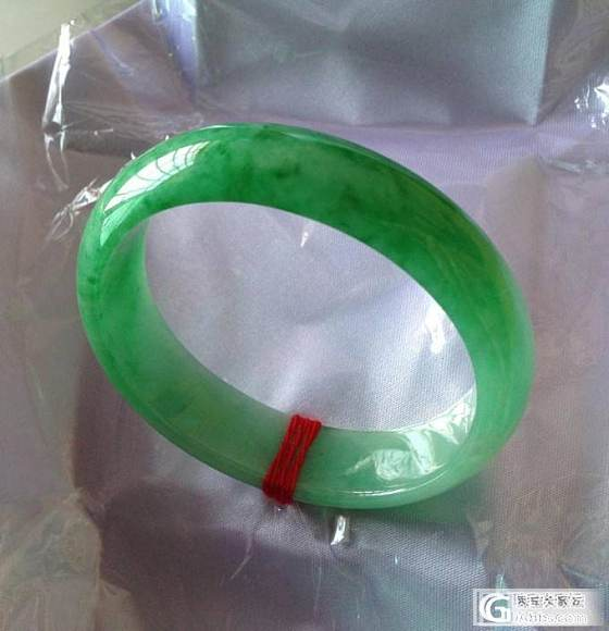 色料出水的一条干净、清秀的,满阳翠绿:贵妃手镯!_翡翠