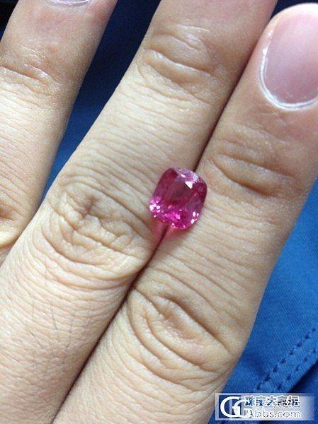 一颗3卡的浓艳粉色缅甸尖晶,绝对的浓艳_珠宝