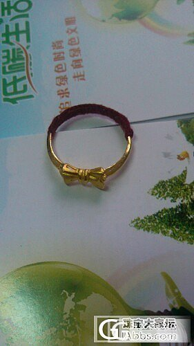 前天我和女儿去逛商场,收到了一个小蝴蝶结戒指(已缠鱼线)和一个纤巧的手镯_戒指金