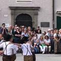 正好遇到奥地利小朋友在表演,随手拍了一段。